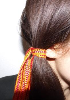 Faire un nœud autour des cheveux.