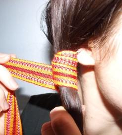 Enrouler la bande autour des cheveux.